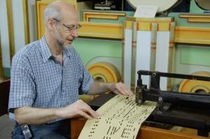 Roger Mostmans bezig met het kappen van een orgelboek